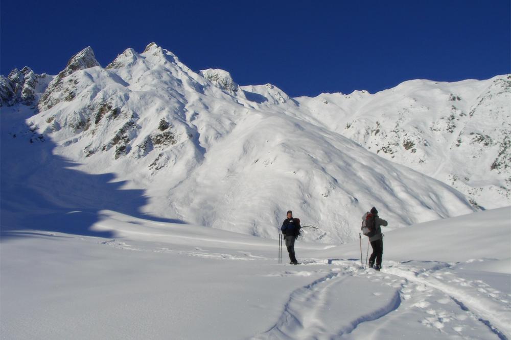 Ausblick vom Gampenboden zu den Zwickspitzen während einer Skitour zum Gampensattel (Gampenjoch)