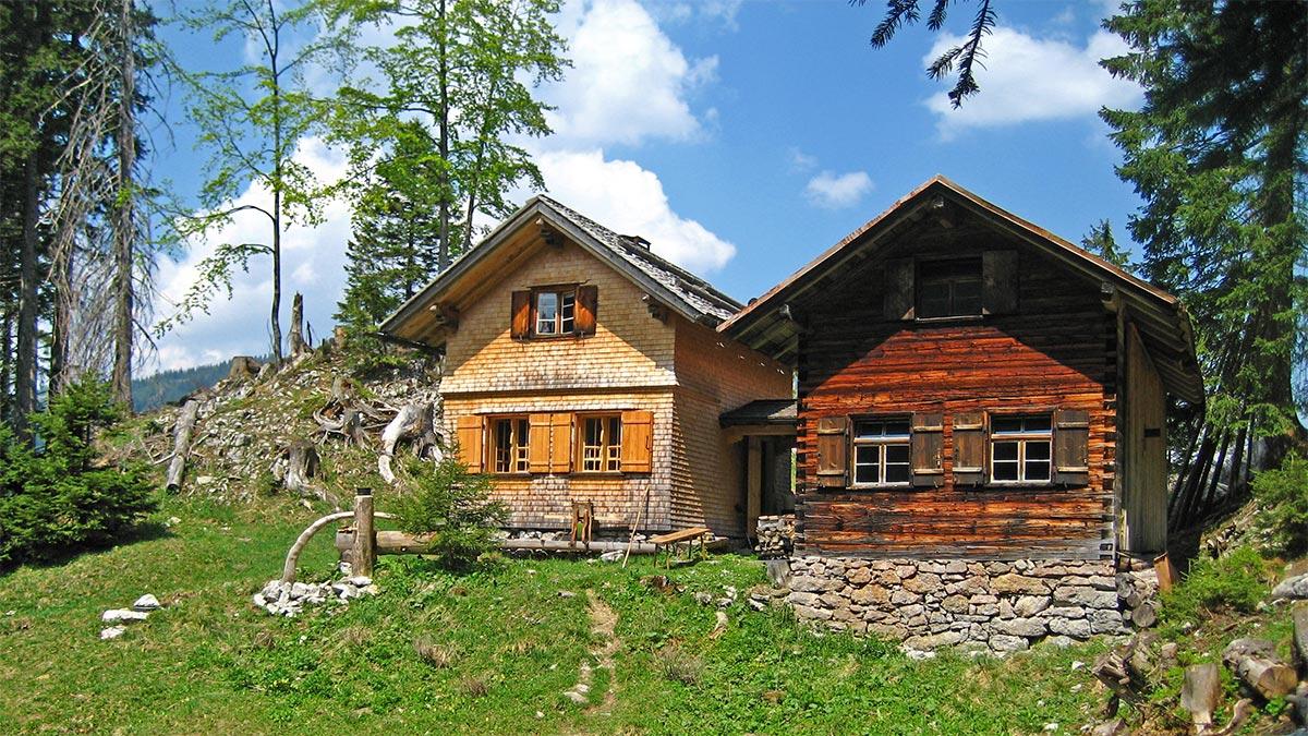 am Weg zum Besler treffen wir am Königsweg auf zwei urige Hütten am Schwarzenberg