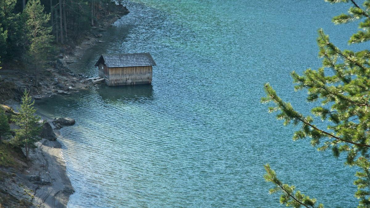 diese kleine Hütte findet man am Ufer des Blindsees am Fernpass