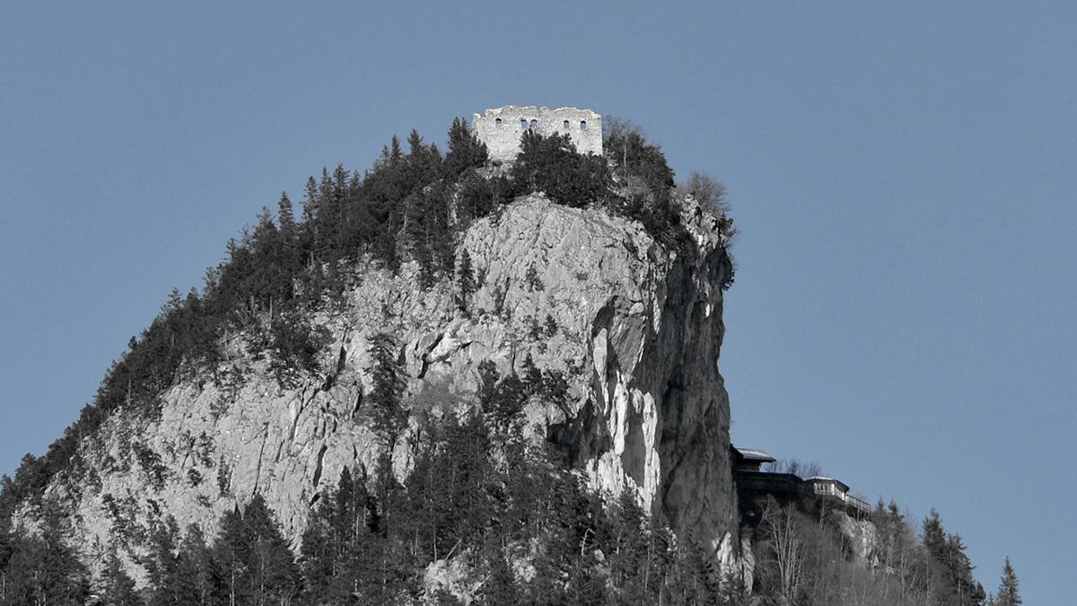 die Ruine Falkenstein thront auf dem mit steilen Felswänden abfallenden Manzenkopf
