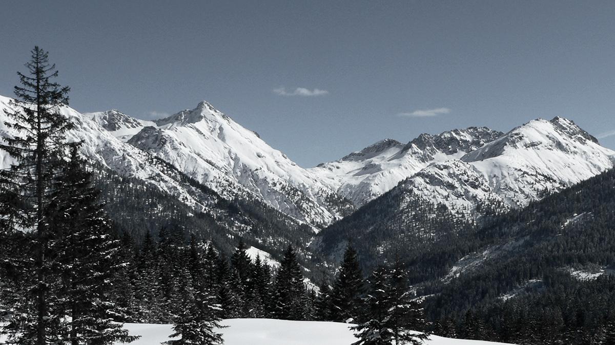 Blick hinein in das Loreggtal, welches von (v.l.) Tagweidkopf, Loreakopf, Kragen (Sattel), Karlekopf, Aserlespitze und Gamplesspitze eingerahmt wird