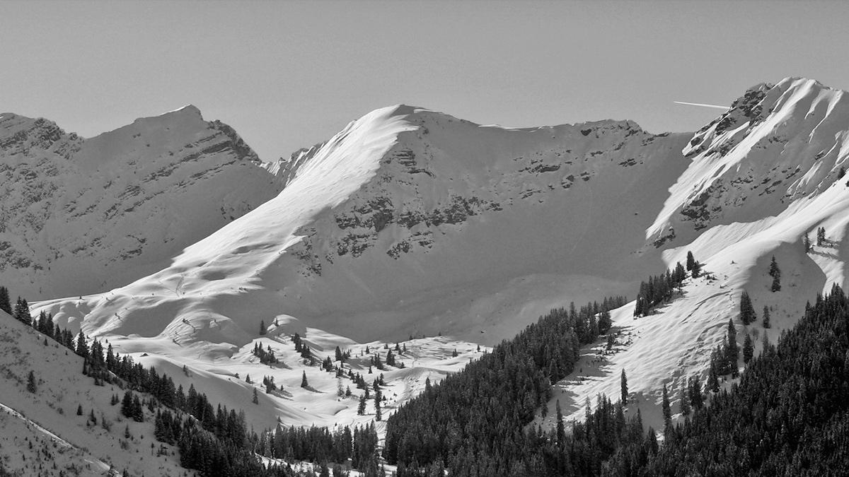 den Talschluss des Rotbachtals bilden (v.l.) Knittelkarkopf sowie die Hintere als auch die Vordere Steinkarspitze - die Hintere Steinkarspitze ist gerade im Winter bei den Skitourengängern beliebt, im Sommer lockt ein Klettersteig (Reuttener Höhenweg) fähige Aspiranten