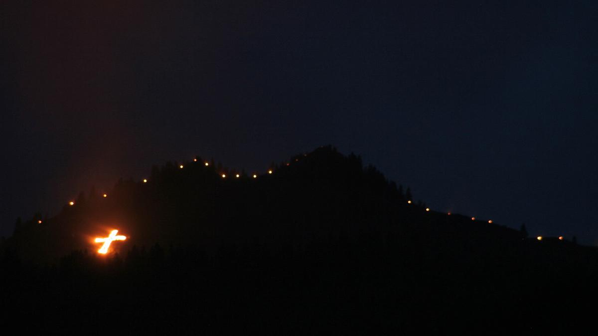 die Herz-Jesu-Feuer an der Dietzl im Bereich der Lechaschauer Alpe