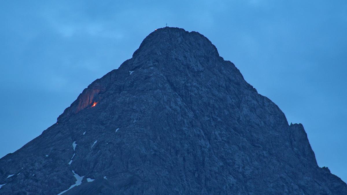 auch in der Nordflanke der Sonnenspitze wird ein Feuer angefacht