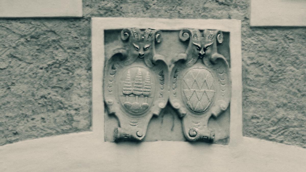 der Wappenstein am Durchfahrtstor der Ehrenberger Klause - die drei Tannen waren schon von alters her das Gerichtswappen von Ehrenberg, daneben das Wappen des Pflegers von Ehrenberg Burkhard Laymann zu Liebenau