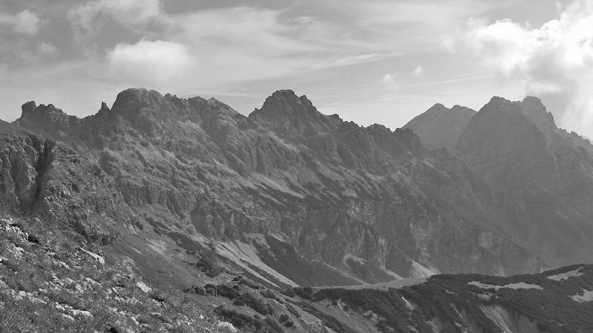 Blick von Westen auf die Roßzahngruppe: (v.l.) Roßzahn, Kluppenkarturm, Kluppenkarkopf, Jochumkopf, Roßkarscharte und die beiden Roßkarspitzen