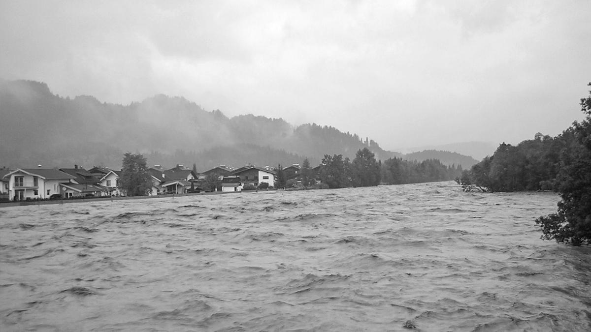 nur der Damm auf welchem der Radweg verläuft hält die enormen Wassermassen davon ab den Ort Lechaschau unter Wasser zu setzen