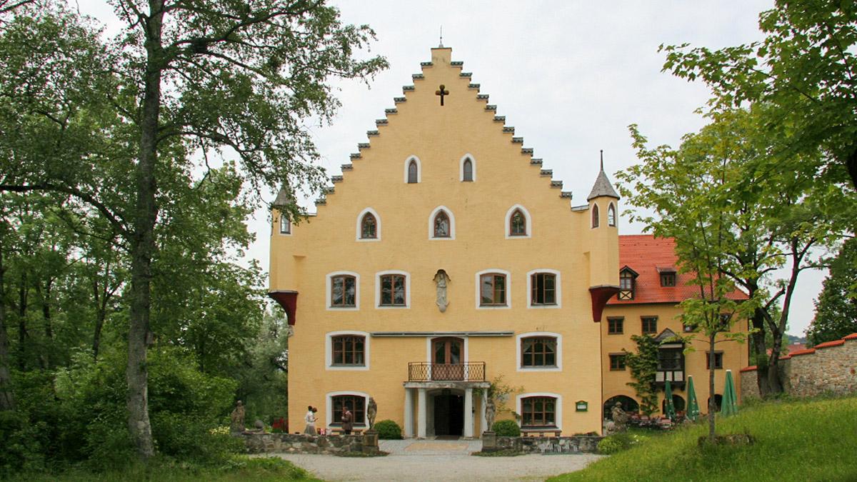 die Geschichte des Schlosses zu Hopferau reicht bis in das Jahr 1468 zurück - während der Kriegswirren zu Zeiten des NS-Regimes wurde der Digitalrechner Z4 (eine Weiterentwicklung des ersten funktionsfähigen Computers Z3) des Konrad Zuse im Mehllager des Schlosses versteckt gehalten - heute wird in den historischen Räumlichkeiten ein Restaurant, ein Tagungs- sowie ein Veranstaltungszentrum betrieben