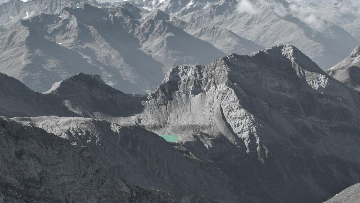 eingebettet in die eindrucksvolle Bergwelt liegt der Hintersee still in einem entlegenen Kar
