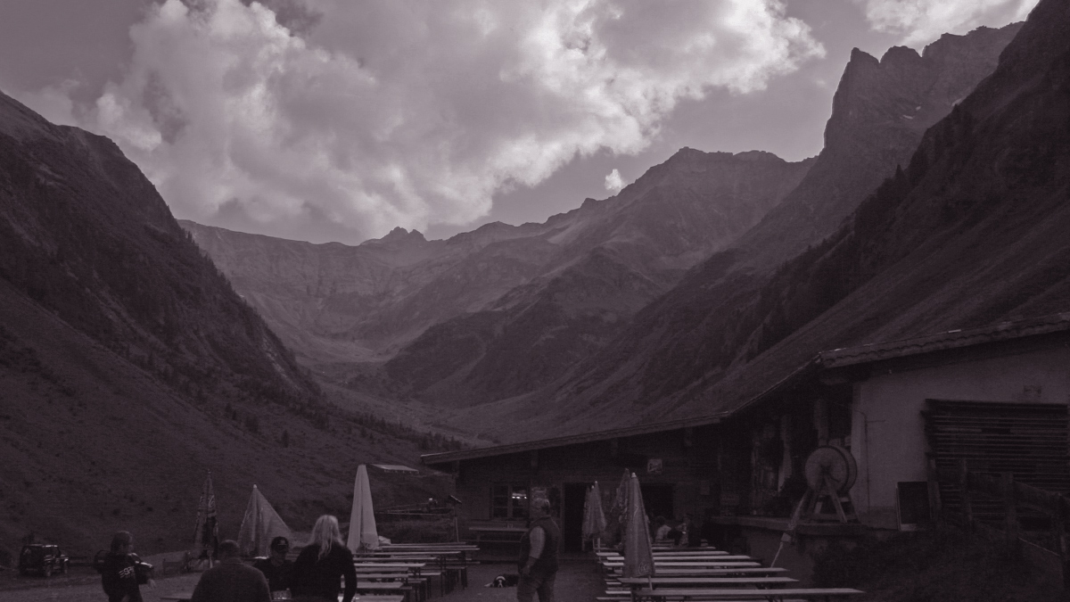 Rückblick hinein in das Sulzltal und seine imposante Umrahmung - wir brechen auf zum Abstieg von der Sulzlalm ins Tal hinunter nach Stockach