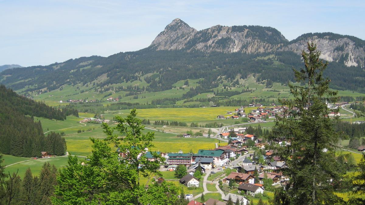 der Ortsteil Haldensee (vorne) gehört zur Gemeinde Grän (hinten)