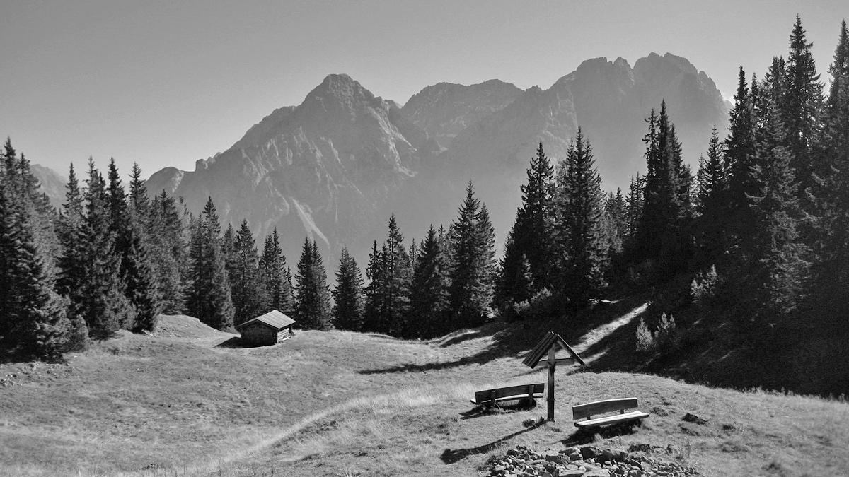 Ausblick von der Alm am Grubig hinüber zu den Mieminger Bergen mit Sonnenspitze, Wamperter Schrofen und Marienbergspitze