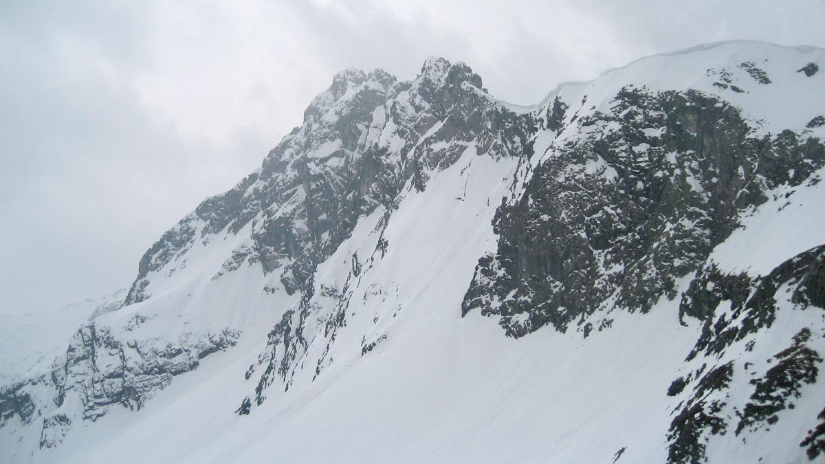 über der Rauhhorn-Ostwand hängen ordentliche Wechten