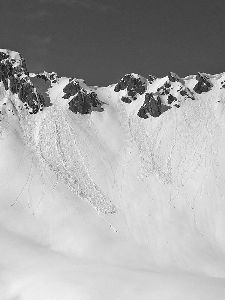 Wechten brechen von den Graten ab und bilden so Schneebretter und Schneerutsche