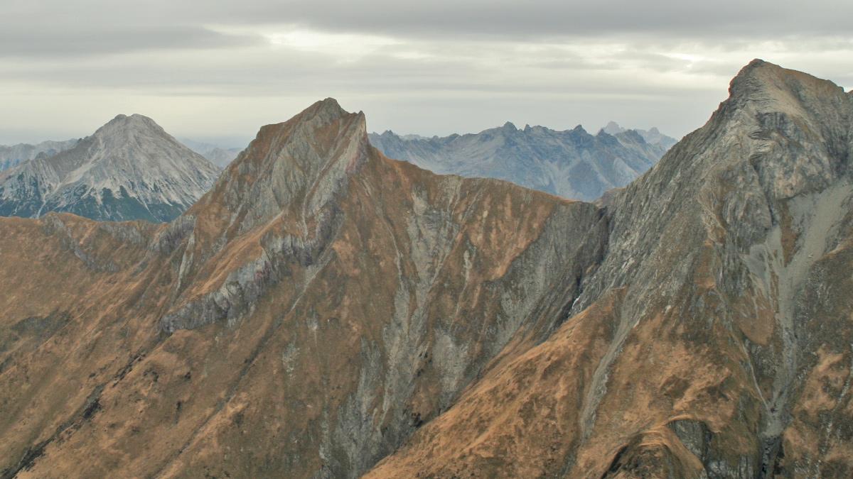 die Tajaspitze und der Muttlerkopf im Kamm nördlich der Holzgauer Wetterspitze - im Hintergrund links die Ruitelspitzen