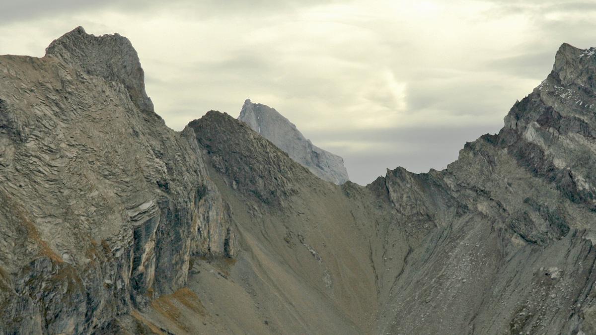 über der Scharte zwischen Etlerkopf (li.) und dem Nordgrat der Holzgauer Wetterspitze schaut noch der Gipfel der Freispitze herüber