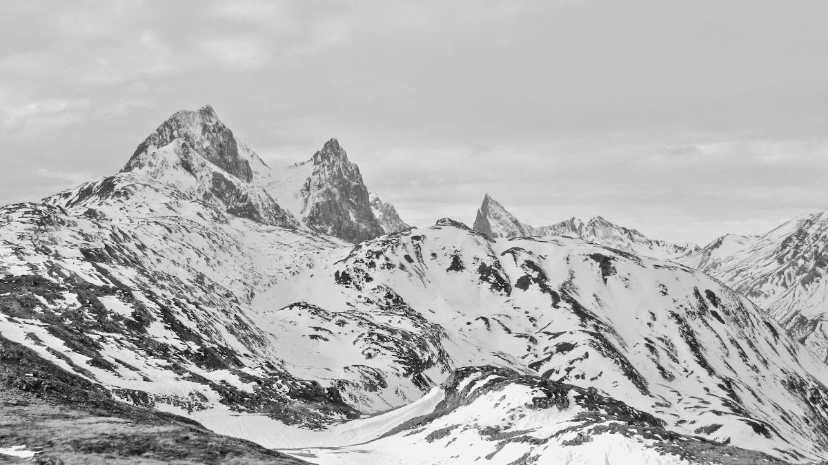 der Ausblick von der Leutkircher Hütte - Weißschrofenspitze (li.), Fallersteißspitze und der markante Gipfel der Roggspitze
