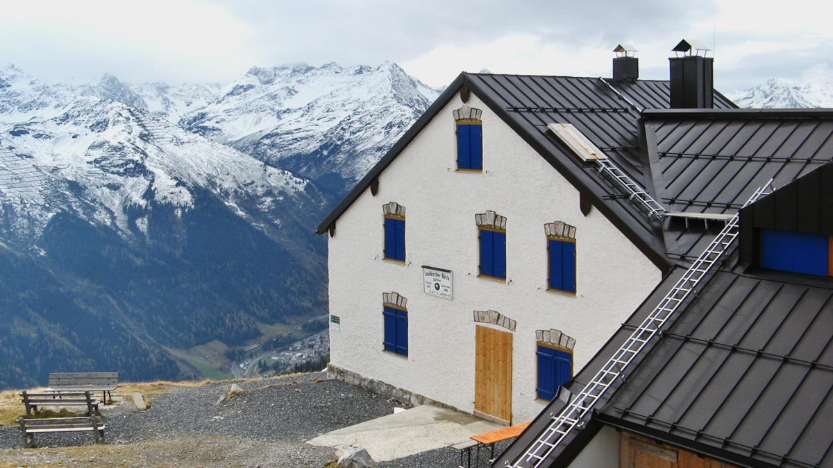 beinahe 1000 Meter über St. Anton - die Leutkircher Hütte