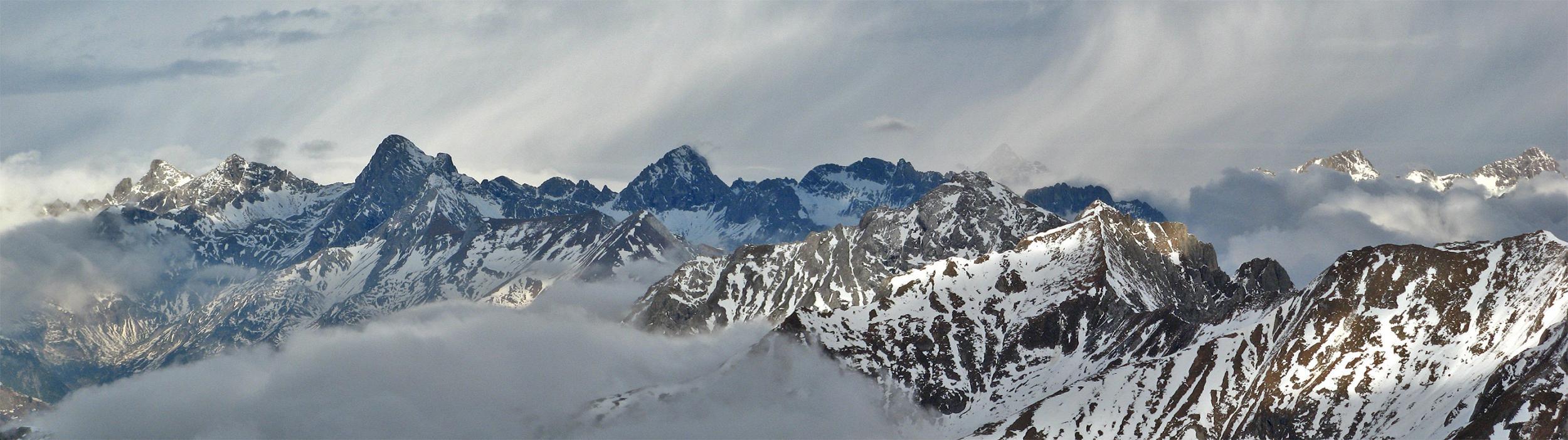 Panoramablick vom Stanskogel auf die benachbarten Lechtaler Gipfel bis hinüber zu den Allgäuer Alpen