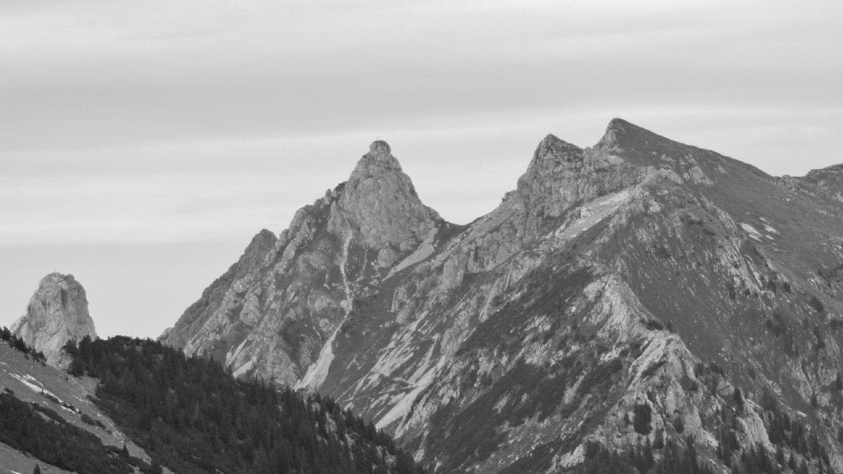 zwei der anspruchsvollsten Ammergauer Gipfel auf einem Bild: (v.l.) Geiselstein, Gabelschrofen und die wesentlich leichter erreichbare Krähe