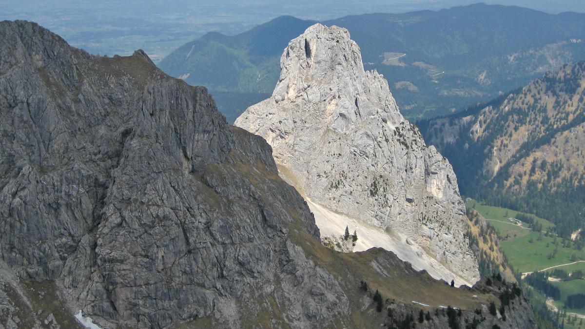 links wird die Sicht auf den Geiselstein bzw. das Geiselsteinjoch von der Gumpenkarspitze leicht verdeckt - rechts unten der Wankerfleck