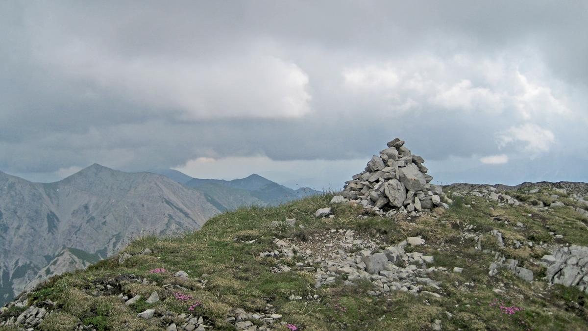 ein Steinmann ziert den Gipfel des Kreuzspitzls