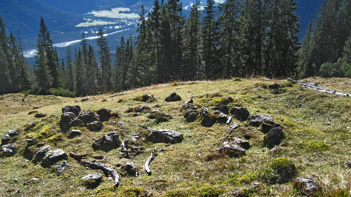 mehrere Hütten drängten sich einst am kleinen Boden oberhalb der Krottenkopfhütte - heute zeugen von den Gebäuden der Krottenkopfalpen nur noch Reste der Grundmauern