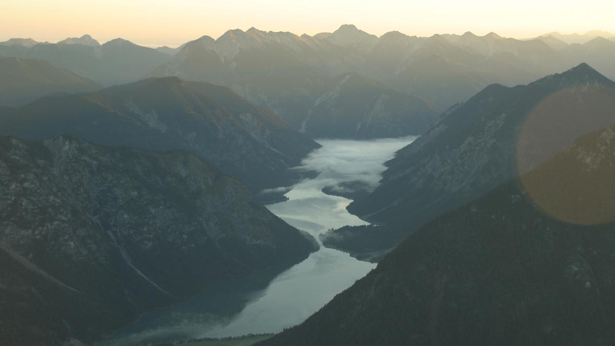 morgendliche Nebelschwaden ziehen über die Seen - Heiterwanger See (vo.) und Plansee
