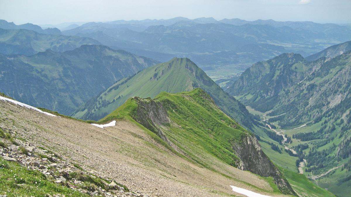 vom Kreuzeck führt ein Steig über den Bettlerrücken hinab ins (hier nicht sichtbare) Traufbachtal - in der Gratverlängerung erheben sich die Kegelköpfe