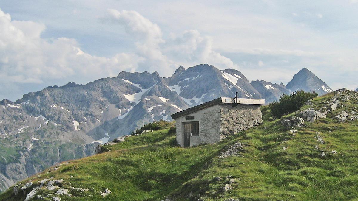 die Kanzberghütte - dahinter ein Teil der Hornbachkette