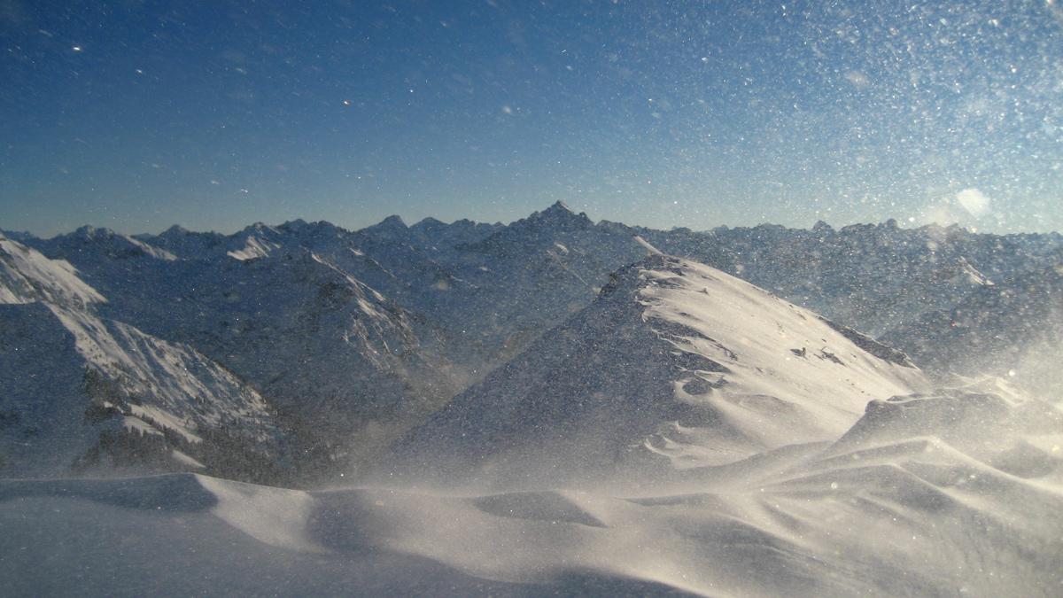 recht viel Wind herrscht am Gipfel des Bschiessers - im Hintergrund der Hochvogel
