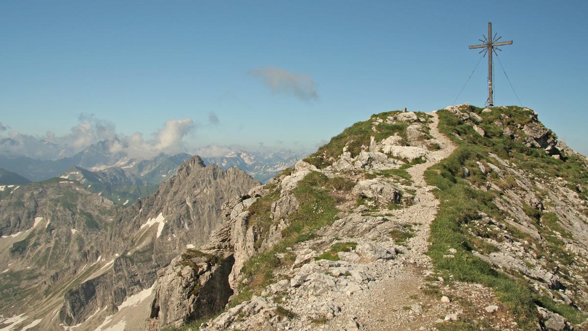 Gipfelblick vom Geißhorn zum benachbarten Rauhhorn (Bildmitte) und Kugelhorn (li.)