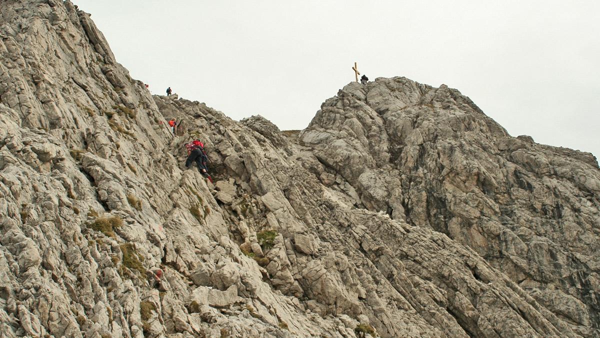 die letzten Meter am Gipfelanstieg des Großen Widdersteins führen über gut gestufte, aufgestellte Platten