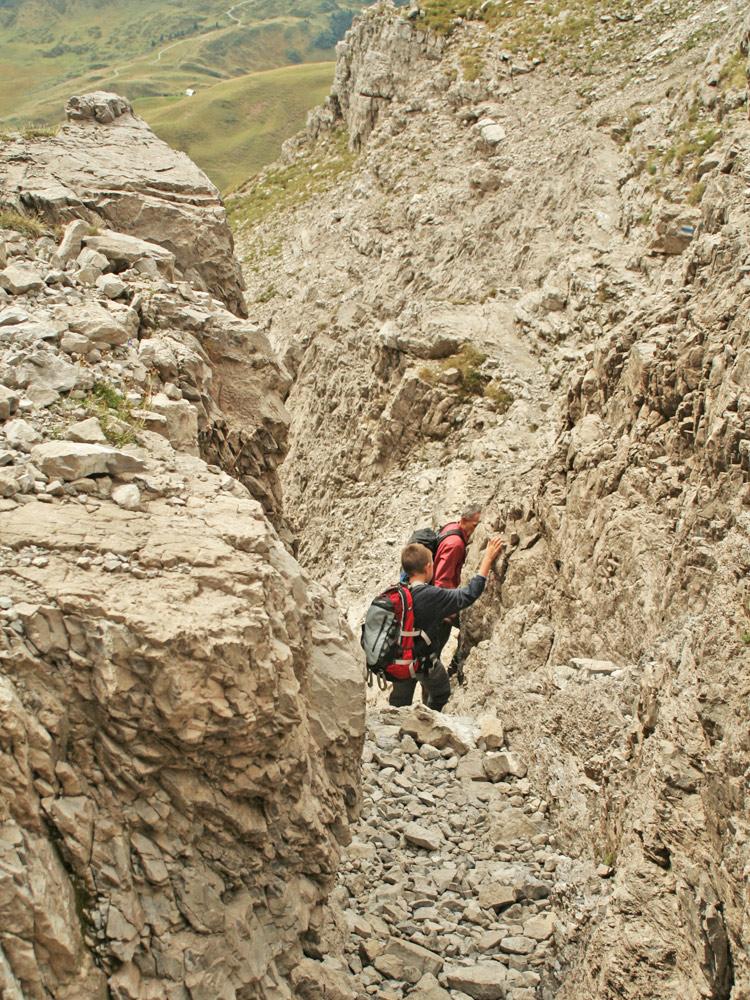 ein kurzer Kamin wird im Mittelteil der Gipfelwanne des Widdersteins passiert - auch größere Kinder kommen in dem Gelände auf ihre Kosten