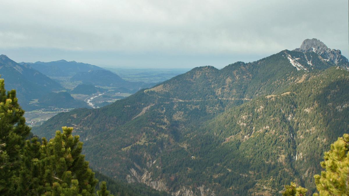 Ausblick vom Schelleleskopf auf den Dürrenberg und den Lauf des Lechs bei Pinswang