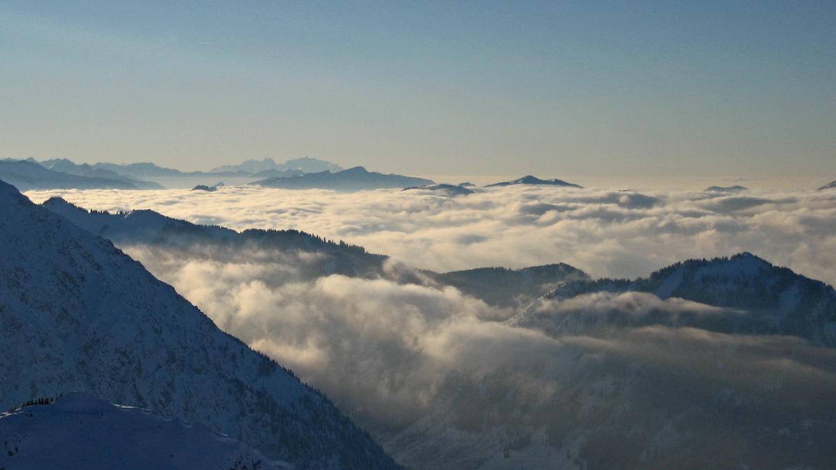 der Tag neigt sich dem Ende zu - letzte Gipfelblicke vom Bschiesser gegen Südwesten bis hin zum schweizerischen Alpstock und dem Säntis