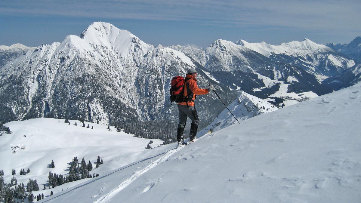 Gipfelblick vom Galtjoch gegen Nordosten zum Thaneller und dem Höhenzug zwischen Kohlbergspitze und Daniel in den Ammergauern
