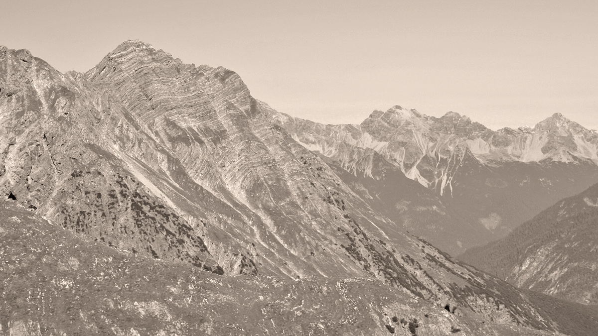 Blick vom Mintschejoch gegen Norden zu der Grüntalspitze - in der rechten Bildhälfte im Hintergrund ein Teil der Hornbachkette
