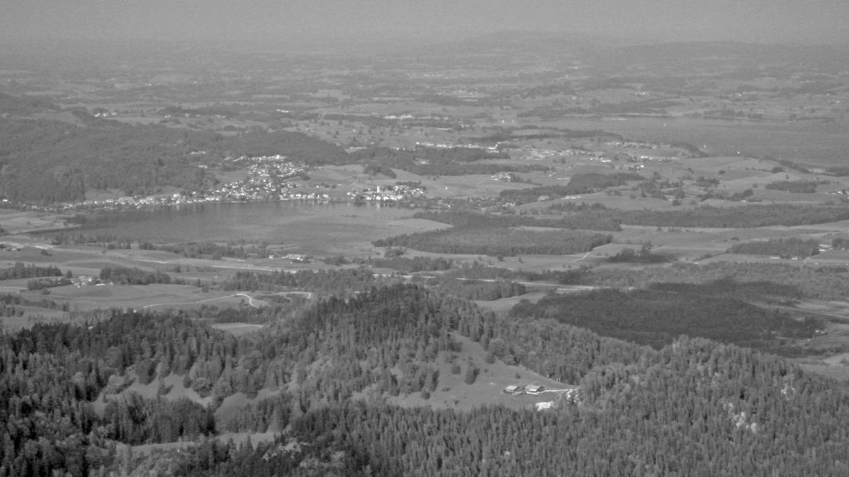Gipfelblick vom Roten Stein hinab zur Salober Alm am Zirmgrat - im Hintergrund (li.) der Hopfensee und der Forggensee