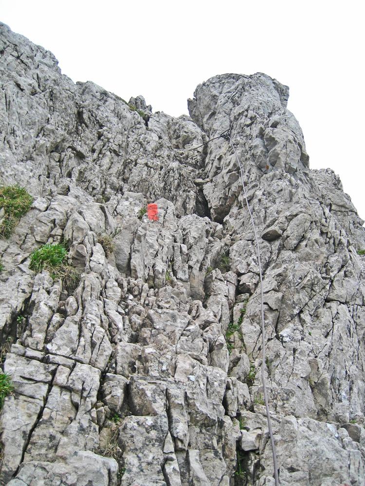 klettersteigähnlich führt der versicherte Steig sehr steil über die Kante empor zum schmalen Grat und dem Gipfelkreuz des Kleinen Daumens
