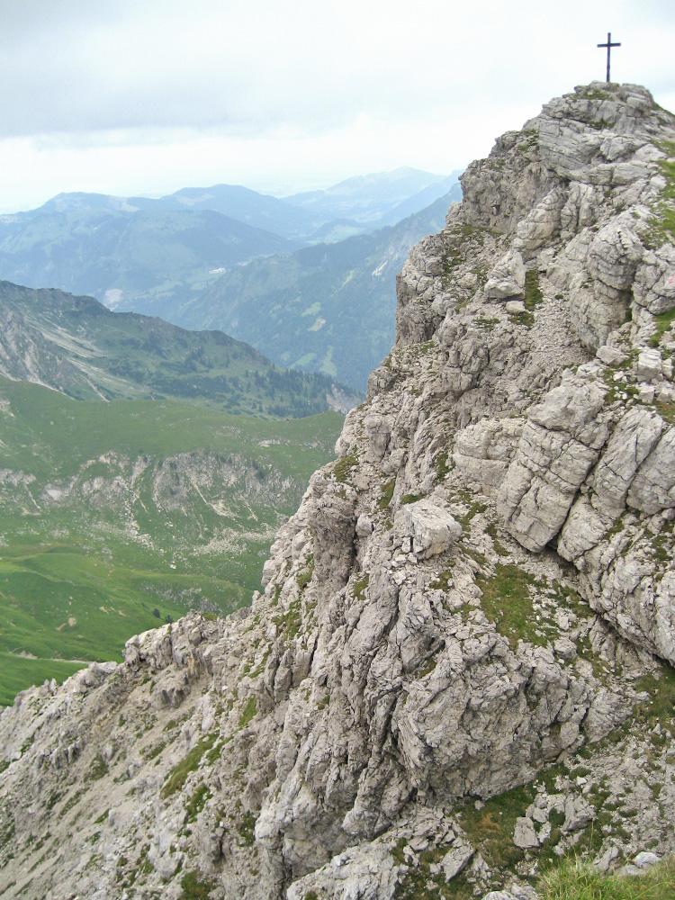 der Gipfel des Kleinen Daumens mit dem steil abfallenden kurzen Wandstück im Norden