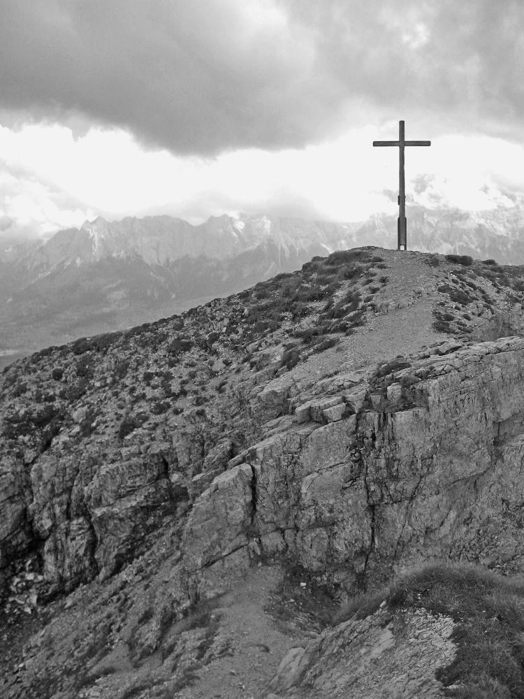 das Gipfelkreuz an der Schellschlicht - die Wolkenwand im Hintergrund verbirgt das Wettersteinmassiv mit der Zugspitze