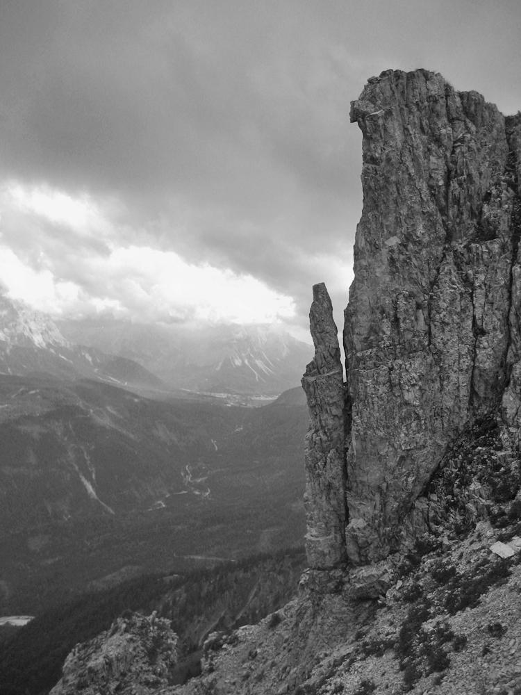 eine auffällige Felsformation im Gipfelbereich der Schellschlicht - im Hintergrund das Tal der Loisach und das sich öffnende Ehrwalder Becken