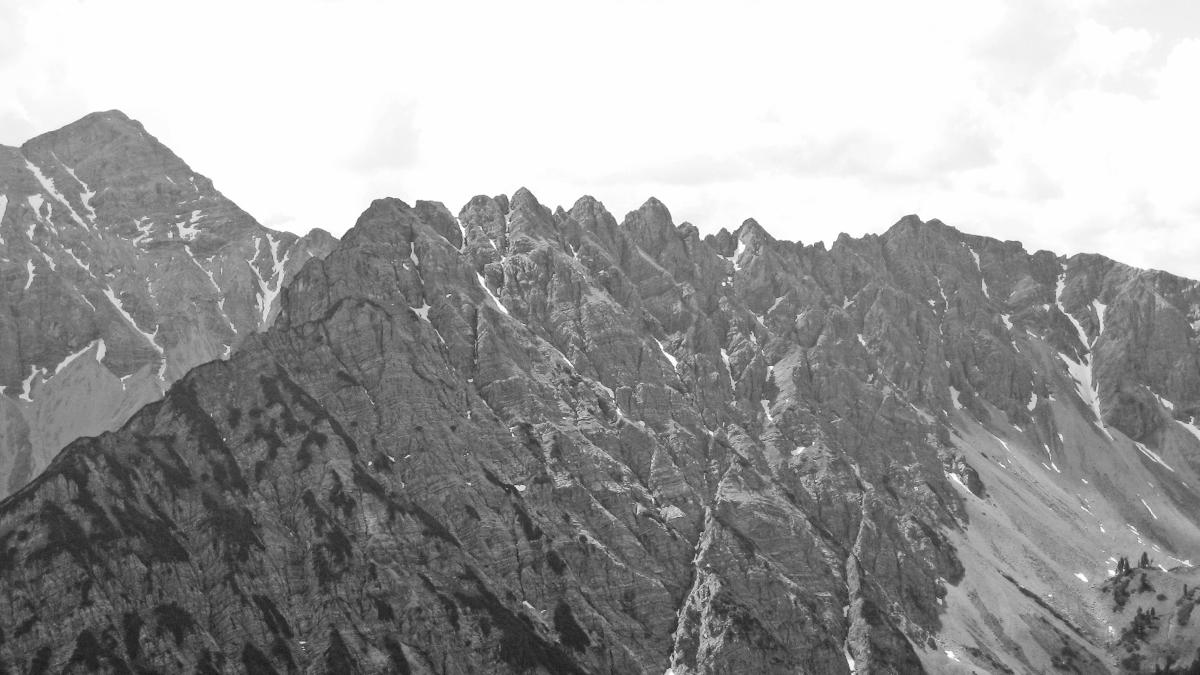 scharf und zerrissen wirkt der Gratrücken des Keils - im Hintergrund links der Gipfel der Knittelkarspitze