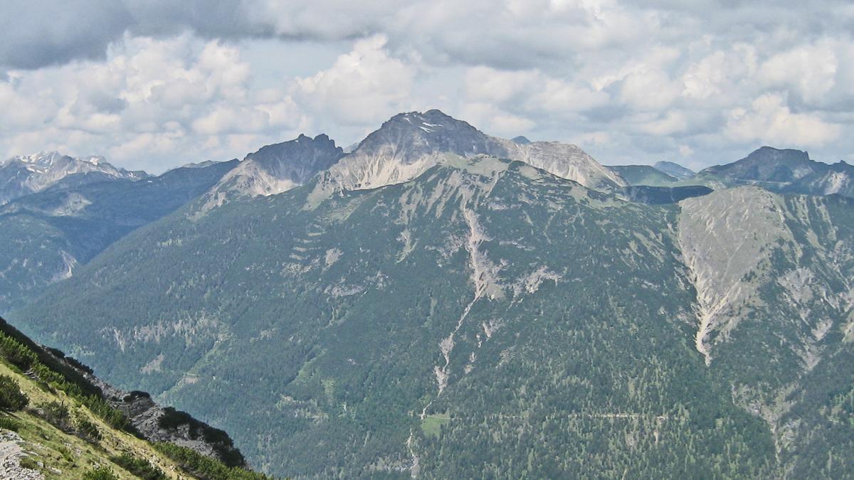 Gipfelblick vom Schartenberg zu der Leilachspitze und dem Lehnerwald im Nordwesten