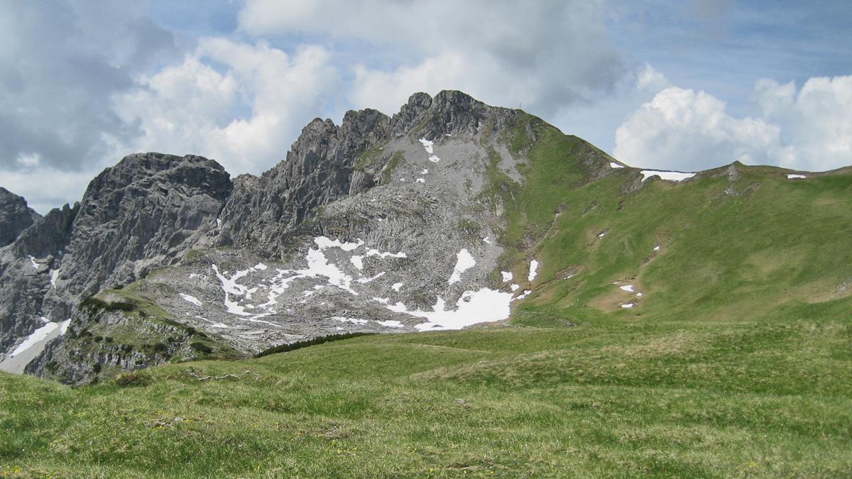 vom Schartenberg kommend passiert man eine recht weitläufige Wiesen- und Karstlandschaft welche sich östlich der Scharzhanskarspitze in einer Mulde ausbreitet