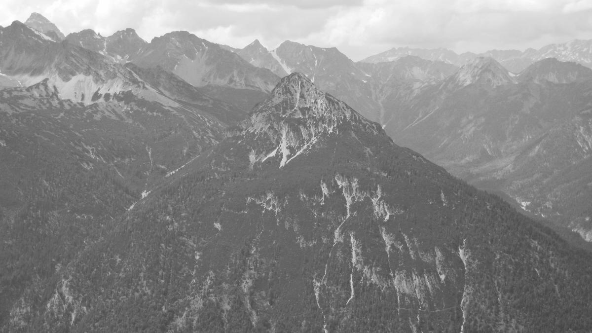 die Saldeiner Spitze hoch über dem Schwarzwassertal (re.)