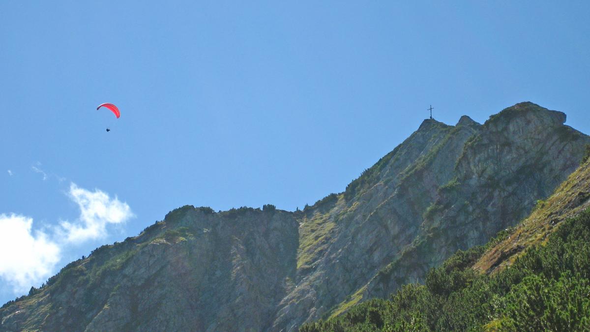der nahe Lift befördert auch die Paragleiter-Piloten mit ihren Fluggeräten zum Berg