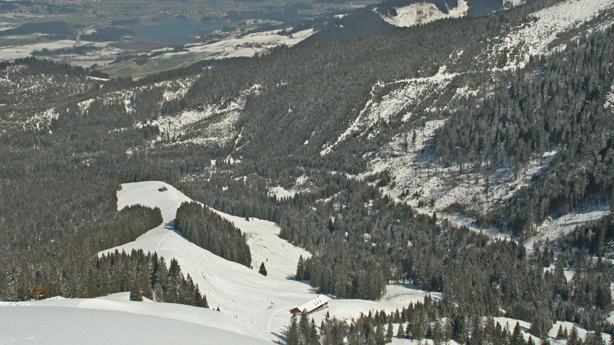 Gipfelblick vom Kessel - einem Nebengipfel des Wertacher Hörnle - hinab zur Alpe Schnitzlertal und der Kälberhütte auf dem Geländerücken