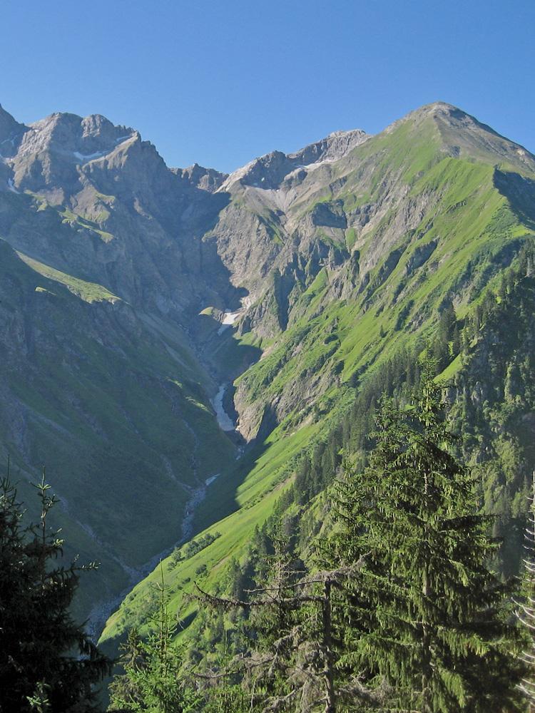 Blick hinein in das Bacherloch und zum Schneeloch - rechts führt der scharf geschnittene Grat über den Heubaum weiter zum Linkerskopf